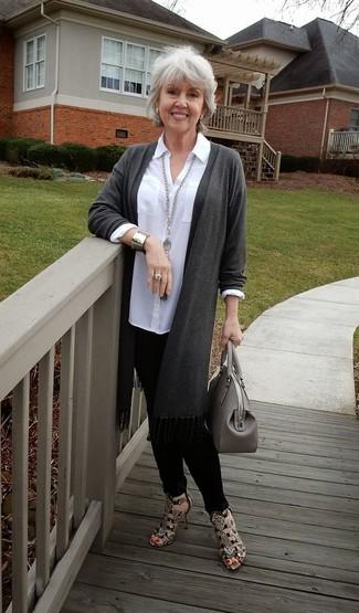 Come indossare e abbinare: cardigan aperto grigio scuro, camicia elegante bianca, pantaloni skinny neri, sandali con tacco in pelle con stampa serpente marroni