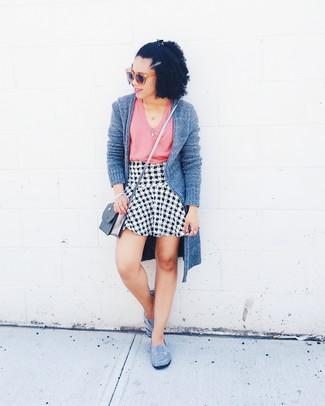 Come indossare: cardigan aperto grigio, canotta rosa, gonna a trapezio con motivo pied de poule bianca e nera, ballerine in pelle scamosciata grigie