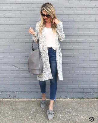Come indossare: cardigan aperto lavorato a maglia bianco, canotta bianca, jeans aderenti blu, mocassini eleganti in pelle scamosciata grigi