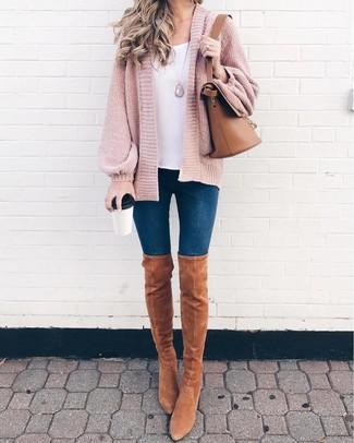Come indossare: cardigan aperto lavorato a maglia rosa, canotta bianca, jeans aderenti blu scuro, stivali sopra il ginocchio in pelle scamosciata marrone chiaro