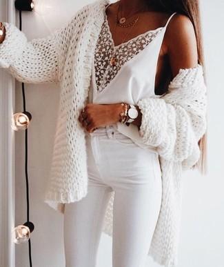 Come indossare: cardigan aperto lavorato a maglia bianco, canotta di pizzo bianca, jeans aderenti bianchi, collana con ciondolo dorata
