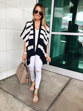 Come indossare e abbinare: cardigan aperto a righe orizzontali bianco e nero, canotta di pizzo bianca, jeans aderenti strappati bianchi, sandali piatti in pelle marrone chiaro