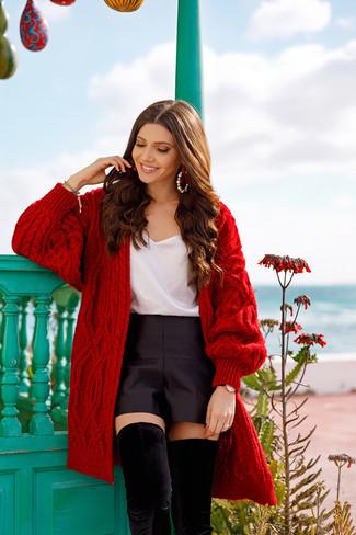 Come indossare e abbinare: cardigan aperto lavorato a maglia rosso, canotta di seta bianca, pantaloncini di raso neri, stivali sopra il ginocchio in pelle scamosciata neri