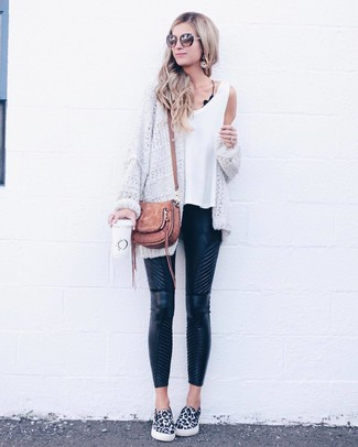 Come indossare: cardigan aperto lavorato a maglia bianco, canotta bianca, pantaloni skinny in pelle trapuntati neri, sneakers senza lacci leopardate bianche e nere