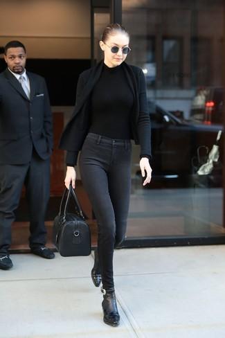Punta su un cardigan aperto nero e un borsone per un look spensierato e alla moda. Stivaletti in pelle neri daranno lucentezza a un look discreto.