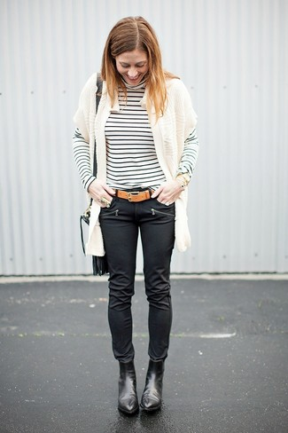 Trend da donna 2020: Potresti abbinare un cardigan aperto lavorato a maglia bianco con jeans aderenti in pelle neri per un fantastico look da sfoggiare nel weekend. Stivaletti in pelle neri sono una eccellente scelta per completare il look.
