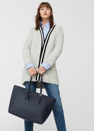Come indossare: cardigan aperto grigio, camicia elegante azzurra, jeans blu scuro, borsa shopping in pelle blu scuro