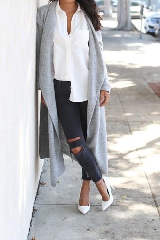 Come indossare: cardigan aperto grigio, camicia elegante bianca, jeans aderenti strappati grigio scuro, décolleté in pelle bianchi