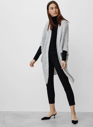 Come indossare: cardigan aperto lavorato a maglia grigio, dolcevita nero, pantaloni skinny neri, sabot di raso neri
