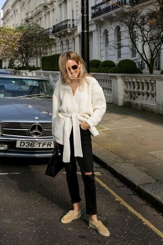 Trend da donna 2020: Scegli un outfit composto da un cardigan aperto bianco e jeans strappati neri per un look spensierato e alla moda. Scegli uno stile classico per le calzature e prova con un paio di mocassini eleganti in pelle scamosciata marrone chiaro.