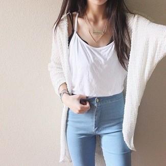 Come indossare: cardigan aperto lavorato a maglia bianco, canotta bianca, jeans aderenti azzurri