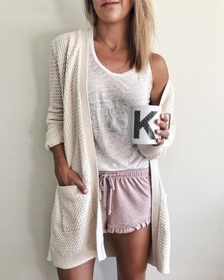 Come indossare: cardigan aperto lavorato a maglia bianco, canotta bianca, pantaloncini rosa