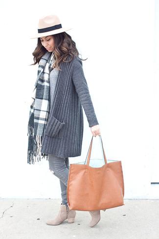 Come indossare: cardigan aperto lavorato a maglia grigio, maglione con scollo a v grigio, jeans aderenti strappati grigi, stivaletti in pelle scamosciata beige