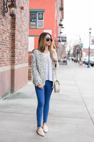 Come indossare e abbinare: cardigan aperto morbido bianco, maglione con scollo a v bianco, jeans aderenti blu, mocassini eleganti in pelle bianchi