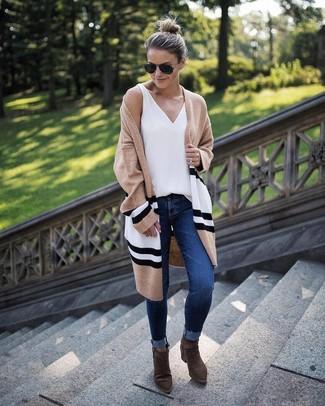 Come indossare: cardigan aperto a righe orizzontali marrone chiaro, canotta bianca, jeans aderenti blu scuro, stivaletti in pelle scamosciata verde oliva