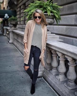 Come indossare: cardigan aperto marrone chiaro, t-shirt manica lunga a righe orizzontali bianca e nera, jeans aderenti strappati grigio scuro, stivaletti in pelle scamosciata neri