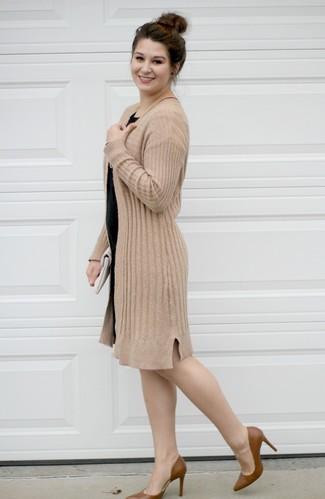 Come indossare e abbinare una pochette in pelle bianca: Scegli un outfit rilassato in un cardigan aperto marrone chiaro e una pochette in pelle bianca. Décolleté in pelle marroni sono una valida scelta per completare il look.