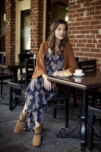 Come indossare: cardigan aperto marrone, vestito lungo geometrico blu scuro, stivaletti in pelle scamosciata marrone chiaro