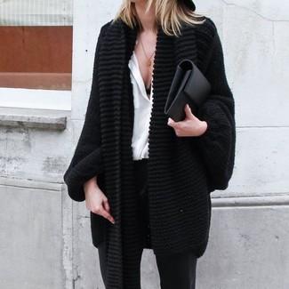 Come indossare: cardigan aperto lavorato a maglia nero, camicia elegante di seta bianca, pantaloni skinny neri, pochette in pelle nera