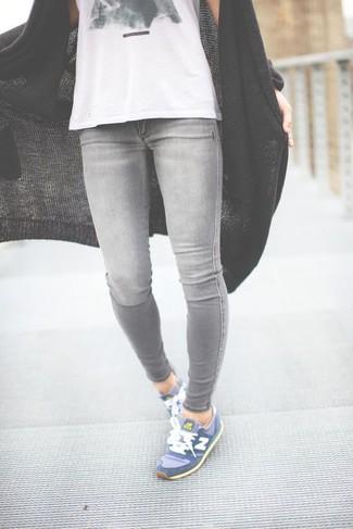 Come indossare: cardigan aperto lavorato a maglia nero, canotta stampata bianca e nera, jeans aderenti grigi, scarpe sportive blu