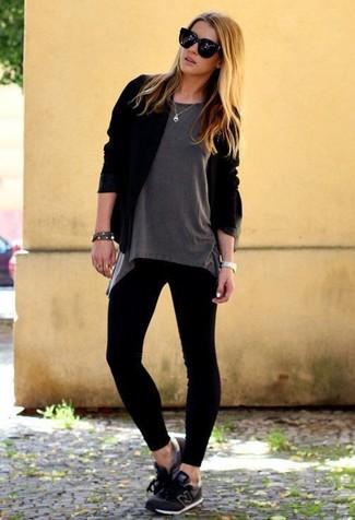 Come indossare: cardigan aperto nero, t-shirt girocollo grigia, leggings neri, scarpe sportive nere