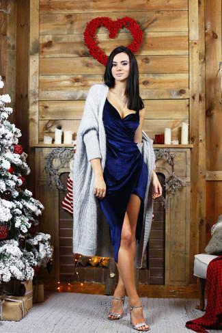 Per un outfit quotidiano pieno di carattere e personalità, potresti combinare un cardigan aperto pesante grigio con un vestito tubino di velluto blu scuro. Un paio di sandali con tacco in pelle argento darà un tocco di forza e virilità a ogni completo.