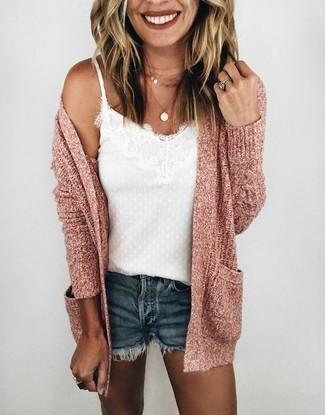 Come indossare e abbinare: cardigan aperto rosa, canotta di pizzo bianca, pantaloncini di jeans blu scuro, collana con ciondolo dorata
