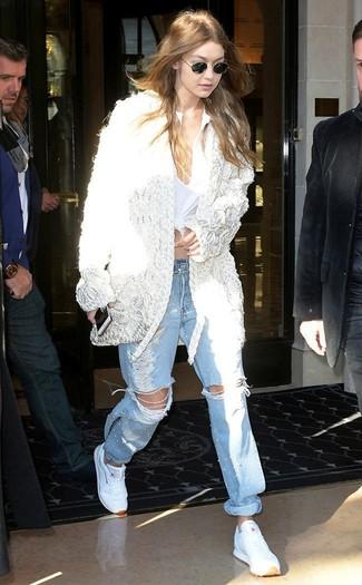 Come indossare: cardigan aperto all'uncinetto bianco, serafino bianco, jeans boyfriend strappati azzurri, scarpe sportive bianche