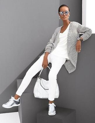 Come indossare e abbinare: cardigan aperto lavorato a maglia grigio, t-shirt con scollo a v bianca, jeans aderenti bianchi, scarpe sportive argento
