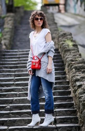 Come indossare: cardigan aperto lavorato a maglia grigio, t-shirt con scollo a v bianca, jeans blu, stivaletti con lacci in pelle bianchi