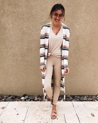 Come indossare e abbinare: cardigan aperto a righe orizzontali bianco, t-shirt con scollo a v beige, leggings beige, sandali piatti in pelle scamosciata rosa