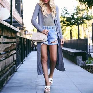Come indossare: cardigan aperto grigio, t-shirt con scollo a v a righe orizzontali bianca e nera, pantaloncini di jeans strappati azzurri, sandali piatti in pelle bianchi