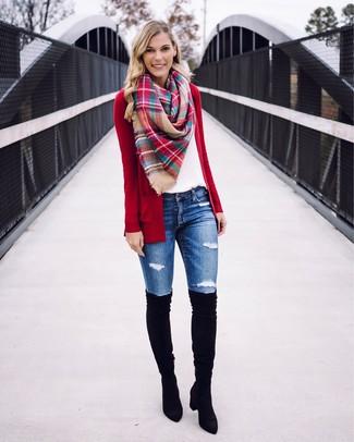 Come indossare e abbinare: cardigan aperto rosso, t-shirt girocollo bianca, jeans aderenti strappati blu, stivali sopra il ginocchio in pelle scamosciata neri