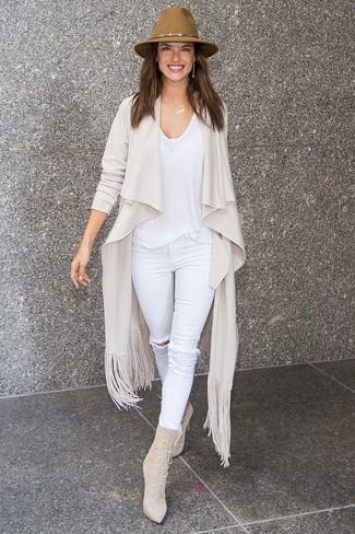 Come indossare e abbinare jeans aderenti strappati bianchi: Per un outfit della massima comodità, indossa un cardigan aperto beige con jeans aderenti strappati bianchi. Sfodera il gusto per le calzature di lusso e prova con un paio di stivaletti con lacci in pelle scamosciata beige.