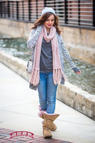 Come indossare: cardigan aperto geometrico grigio, t-shirt girocollo grigio scuro, jeans aderenti blu, stivali ugg marrone chiaro