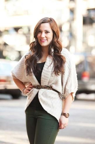 Come indossare: cardigan aperto lavorato a maglia bianco, t-shirt girocollo nera, jeans verde scuro, cintura in pelle scamosciata leopardata marrone chiaro