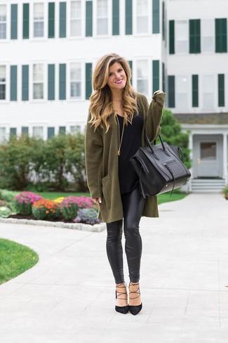 Come indossare e abbinare décolleté neri con leggings in