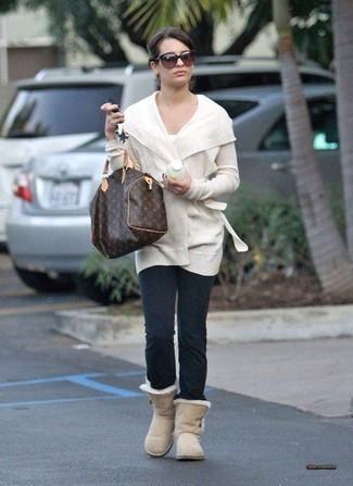 Trend da donna 2020 in modo rilassato: Indossa un cardigan aperto bianco con leggings grigio scuro per andare a prendere un caffè in stile casual. Per un look più rilassato, calza un paio di stivali ugg beige.