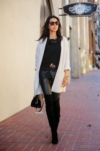 Come indossare: cardigan aperto lavorato a maglia bianco, t-shirt girocollo di pizzo nera, leggings in pelle neri, stivali sopra il ginocchio in pelle scamosciata neri