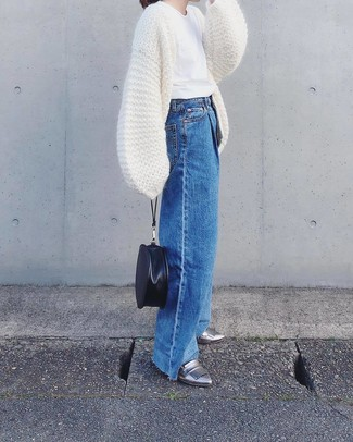 Look alla moda per donna: Cardigan aperto lavorato a maglia bianco, T-shirt girocollo bianca, Pantaloni larghi di jeans blu, Mocassini eleganti in pelle argento