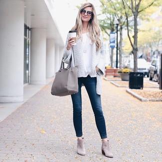 Come indossare: cardigan aperto lavorato a maglia bianco, t-shirt manica lunga bianca, jeans aderenti blu scuro, stivaletti in pelle scamosciata grigi