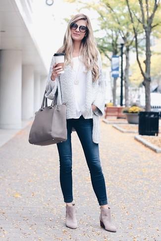 Come indossare e abbinare: cardigan aperto grigio, t-shirt manica lunga bianca, jeans aderenti blu scuro, stivali chelsea in pelle scamosciata grigi
