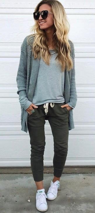 Come indossare: cardigan aperto grigio, t-shirt manica lunga grigia, pantaloni sportivi verde oliva, sneakers basse di tela bianche