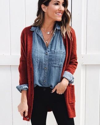 Come indossare e abbinare una camicia di jeans blu: Indossa una camicia di jeans blu e jeans aderenti neri per affrontare con facilità la tua giornata.