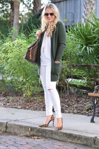 Come indossare e abbinare: cardigan aperto verde scuro, top senza maniche bianco, jeans aderenti strappati bianchi, décolleté in pelle scamosciata leopardati marrone chiaro