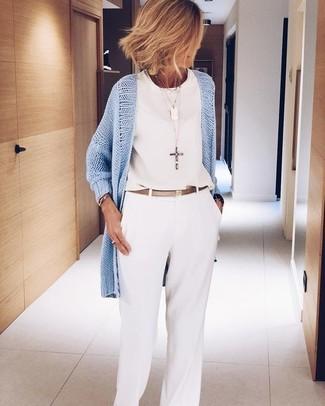 Come indossare: cardigan aperto azzurro, top senza maniche di chiffon bianco, pantaloni larghi bianchi, cintura in pelle dorata