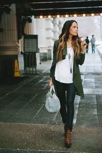 Come indossare: cardigan aperto verde scuro, top senza maniche bianco, pantaloni skinny in pelle neri, stivaletti con lacci in pelle marroni