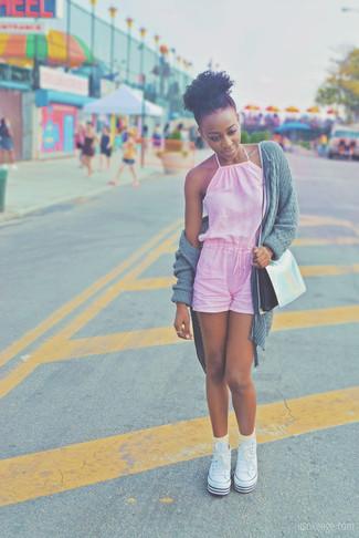 Come indossare e abbinare: cardigan aperto lavorato a maglia grigio, tuta corta rosa, sneakers alte di tela bianche, borsa a tracolla in pelle argento