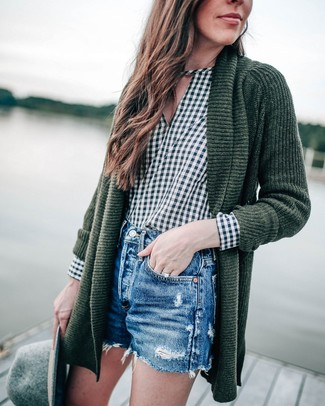 Come indossare: cardigan aperto lavorato a maglia verde scuro, camicetta manica lunga a quadretti verde scuro, pantaloncini di jeans strappati blu, borsalino di lana grigio