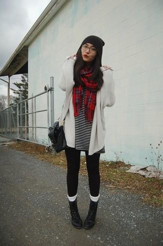 Come indossare: cardigan aperto lavorato a maglia bianco, vestito casual a righe orizzontali nero e bianco, leggings neri, stivali piatti stringati in pelle neri
